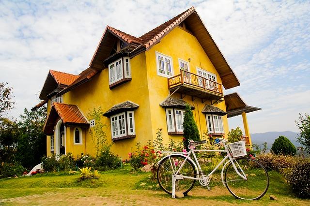 žlutý dům, předzahrádka, kolo