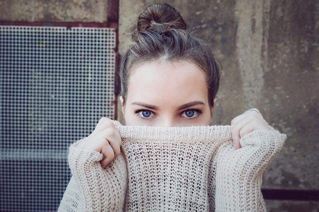 schovaná ve svetru
