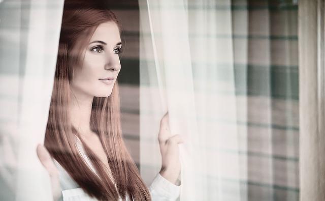 dívka mezi záclonami
