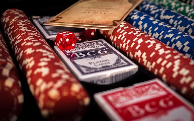žetony a karty na poker