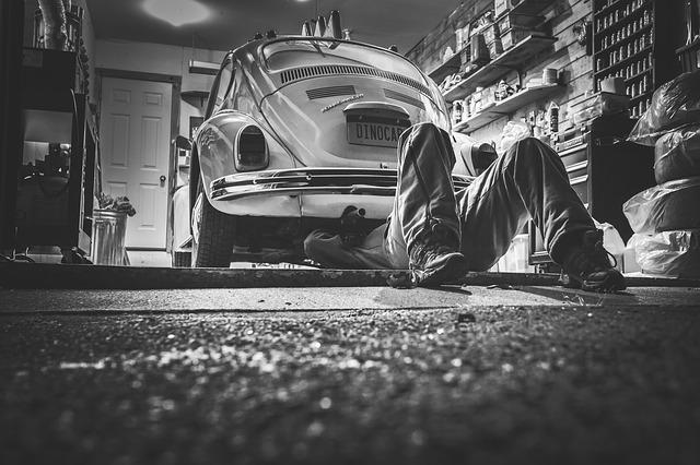 opravář pod autem