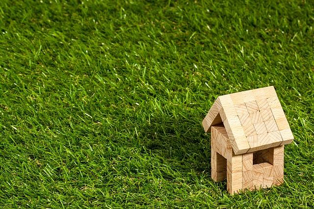 domek na trávě